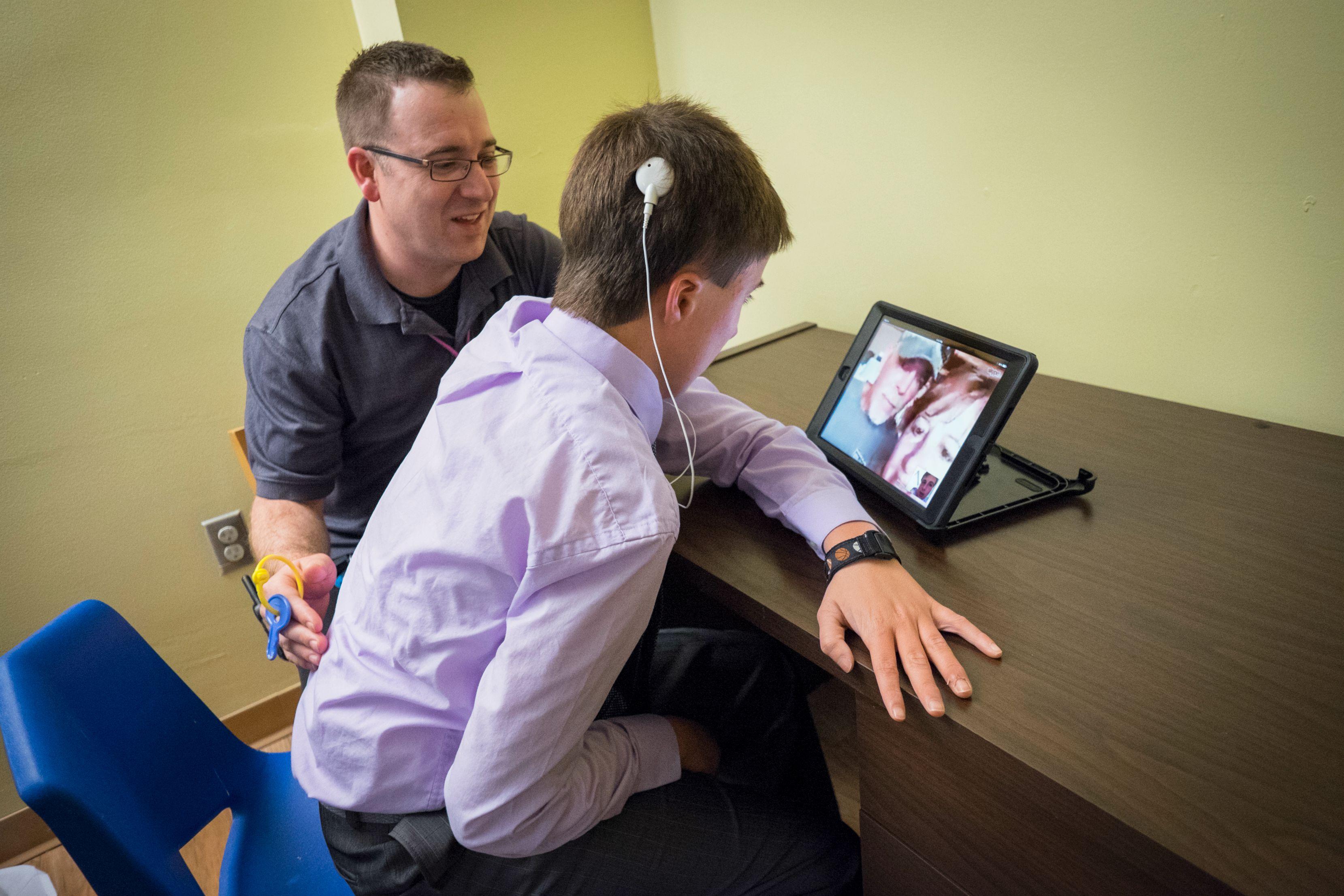 How do Deaf-Blind People Communicate?